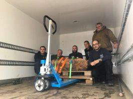 Das Team vom Kampfmittelräumdienst mit der Bombe (Foto: Stadtverwaltung Neustadt)