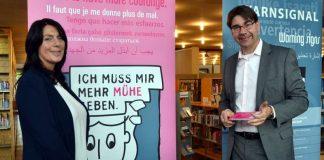 """Gemeinsam mit der Leiterin des Landauer Frauenhauses, Jacqueline Waldhauser, hat Oberbürgermeister Thomas Hirsch die Ausstellung """"Warnsignale"""" in der Stadtbibliothek eröffnet. (Foto: Stadt Landau in der Pfalz)"""