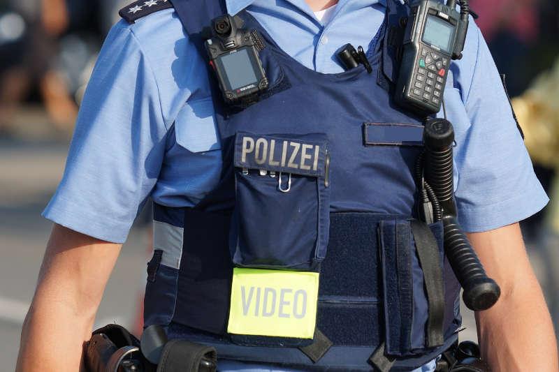 Polizist mit Bodycam (Foto: Holger Knecht)