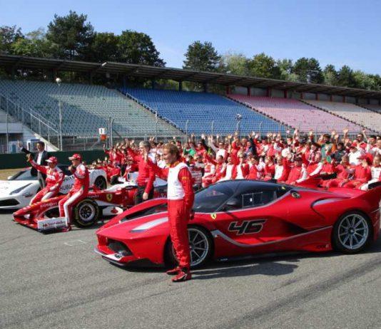 Gruppenfoto mit Weltmeister Sebastian Vettel bei den Ferrari Racing Days am Wochenende in Hockenheim (Foto: Martin Sonnick)