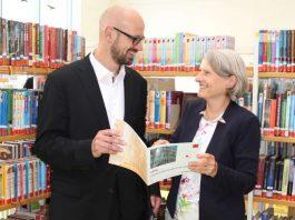 Bildungsbürgermeisterin dr. Ulrike Freundlieb und Bibliotheksleiter Dr. Bernd Schmid-Ruhe in der Kinder- und Jugendbibliothek (Foto: Stadt Mannheim)
