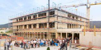 Mit dem Richtfest wurde die Fertigstellung des Rohbaus von B³ - im Hintergrund ist das künftige Schulgebäude zu sehen. (Foto: Christian Buck)