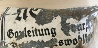 """Entdecktes Schild mit der Aufschrift """"Gauleitung Saarpfalz, Arbeiterwohlfahrt"""" (Foto: Stadtverwaltung Neustadt)"""
