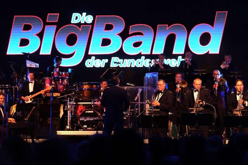 Die Big Band der Bundeswehr auf der Dossenheimer Showbühne (Foto: Holger Knecht)