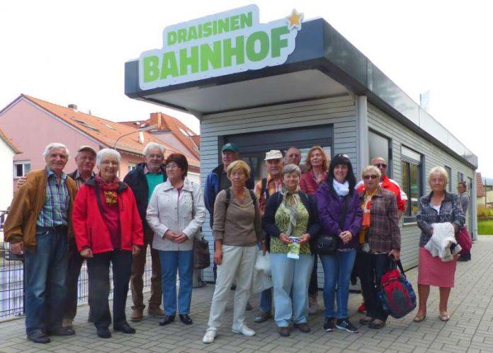 Die Seniorengruppe mit Begleitern am Draisinenbahnhof. (Foto: Kreis Bergstraße)