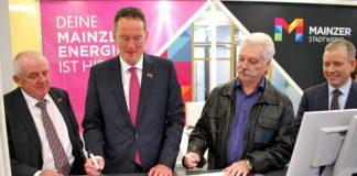 OB Michael Ebling und Theodor Braum bei der Vertragsunterzeichnung.