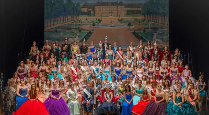 Aristokratischer Glanz in aristokratischem Ambiente: Über 140 gekrönte Häupter ka- men heute zum 3. Hoheitentreffen Rhein-Neckar im Schwetzinger Schloss (Foto: Tobias Schwerdt)
