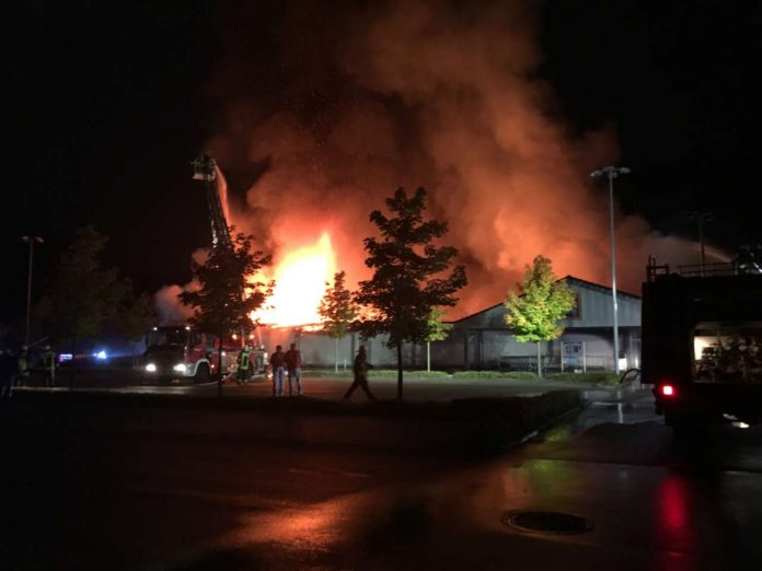 Löscharbeiten der Feuerwehr an der brennenden Aldi-Filiale. (Foto: Polizei)