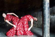 Probenfoto: Mitglieder der Dance Company Nanine Linning / Theater Heidelberg: links Demi-Carlin Aarts, rechts Marie-Louise Hertog. (Foto: Annemone Taake)