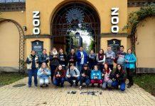 Schülergruppe der Sonnenbergschule Angelbacht mit gesammelten Handys. Ganz links: Daniela Beckert (päd. Leitung der Zooschule), ganz rechts: Fr. Fröhlich (Lehrerin) (Foto: Zooschule Heidelberg)