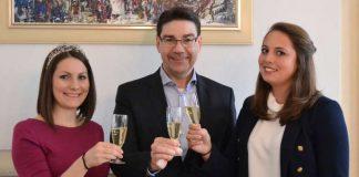 Oberbürgermeister Thomas Hirsch (mitte) mit der amtierenden Weinprinzessin Rosa I. (links) und der künftigen Landauer Weinhoheit Lilli Joachim (rechts). (Foto: Stadt Landau in der Pfalz)