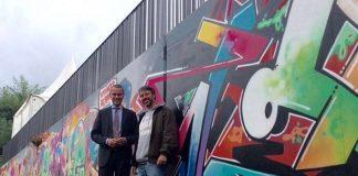 Bei einem Rundgang präsentierte Graffiti-Künstler Till Heim Bürgermeister und Bau- sowie Kulturdezernent Dr. Maximilian Ingenthron das neue Graffiti an der Brücke Süd. (Foto: Stadt Landau in der Pfalz)