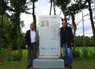 bfv-Präsident Ronny Zimmermann (links) zusammen mit Gerd Müller, dem Sohn von Siegfried Müller, bei der Einweihung des Siegfried-Müller-Stadions. (Foto: bfv)
