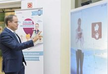 Oberbürgermeister Dr. Eckart Würzner testet den neuen Virtual Promoter im Rathausfoyer. (Bild: Philipp Rothe)
