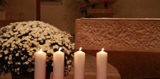 Jeweils eine Kerze für einen Toten des Unglücks im Landeshafen der BASF