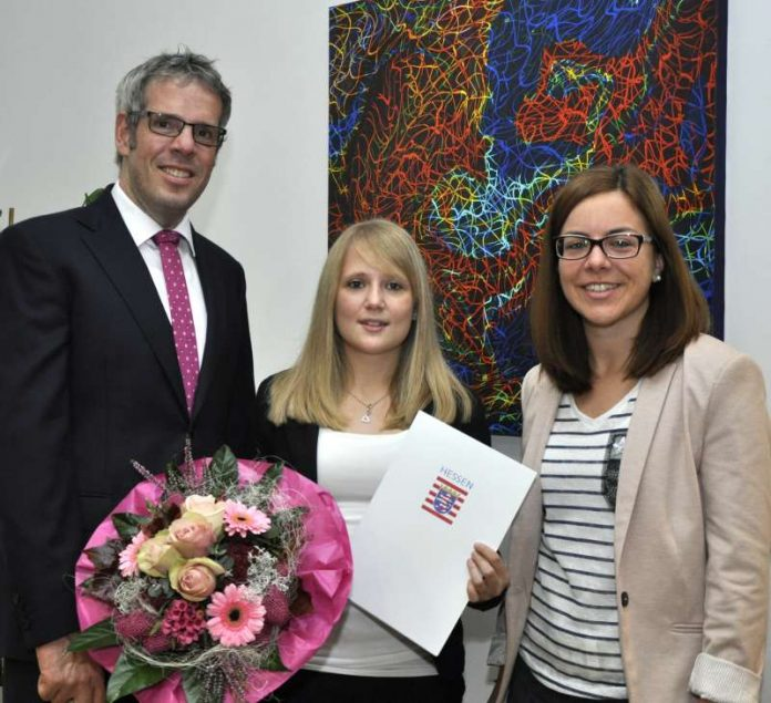 Saskia Vetter (m.) mit Landrat Christian Engelhardt und Julia Mühlfeld (Foto: Kreis Bergstraße)
