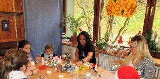 Kinder und Eltern der Kita Löwenzahn basteln für den Weihnachtsmarkt (Foto: Stadt Heppenheim)