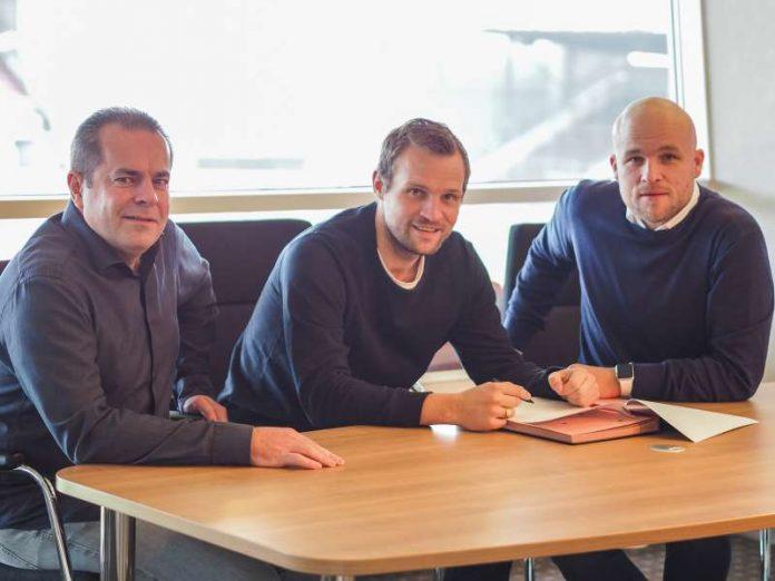 Volker Kersting, Leiter des Nachwuchsleistungszentrums, U-17-Trainer Bo Svensson und 05-Sportdirektor Rouven Schröder (von links nach rechts) bei der Vertragsunterzeichnung (Foto: Mainz 05/Schmidt)