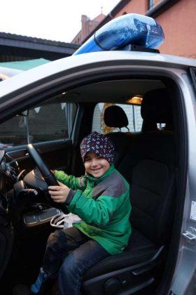 Faszination Polizeiauto: ein junger Besucher im Polizeimercedes (Foto: Holger Knecht)
