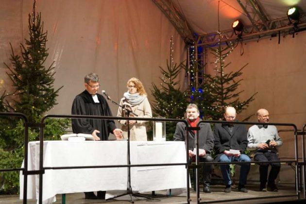 Pfarrer Oliver Beckmann und Anastacia Kronauer (Foto: Holger Knecht)