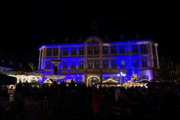 Das weihnachtlich illuminierte Rathaus (Foto: Holger Knecht)