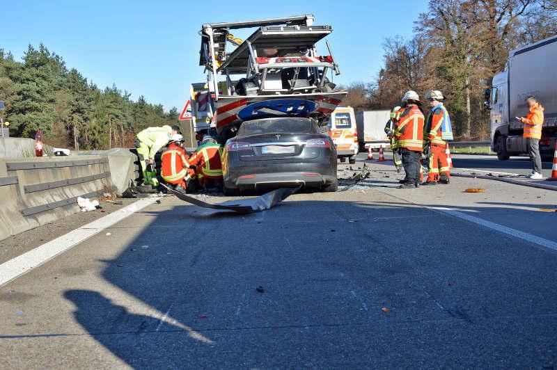 Der Fahrer hatte den Baustellenanhänger übersehen und krachte von hinten in das Fahrzeug hinein