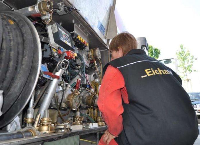 Beamter der Eichverwaltung kontrolliert die Messanlage eines Tankwagens (Foto: Regierungspräsidium Tübingen)