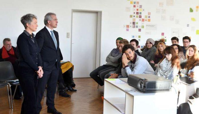 OB Peter Feldmann und Ina Hartwig besuchen Akademie für Kommunikation und Design (Foto: Rainer Rüffler)