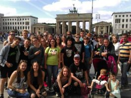 Die Sommerfreizeit 2016 –unser Bild zeigt die Reisegruppe vor dem Brandenburger Tor- stieß auf große Resonanz. Die Nachfrage war riesengroß. Deshalb für 2017 gleich anmelden, wenn man in Spanien dabei sein möchte. Anmeldungen werden ab sofort entgegengenommen.