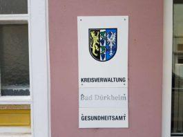 Schild Gesundheitsamt Neustadt an der Weinstraße (Foto: Holger Knecht)
