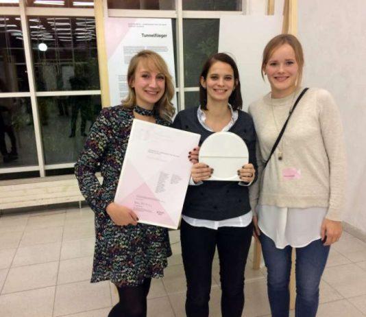 Die drei Studentinnen Alisha Knaus, Marianne Statt und Vanessa Busemann nahmen den Preis stellvertretend für das Team entgegen. (Foto: Hochschule Mainz)