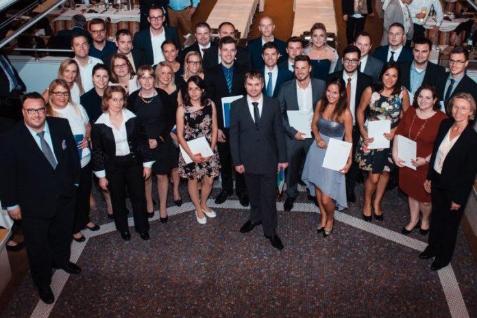 Große Logistik-Abschlussfeier an Bord der MS Karlsruhe mit Staatssekretär Andy Becht (l.) (Foto: Hochschule Ludwigshafen)