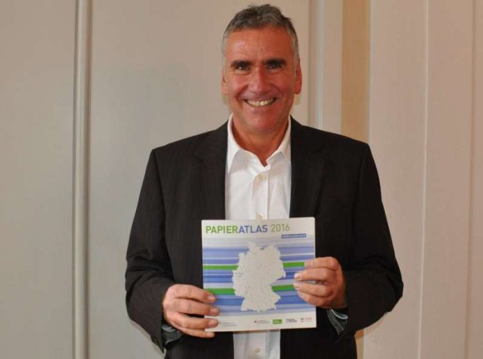 Beigeordneter und Umweltdezernent Rudi Klemm freut sich über das gute Abschneiden der Stadt Landau beim Städtewettbewerb der Initiative Pro Recyclingpapier. (Foto: Stadt Landau in der Pfalz)