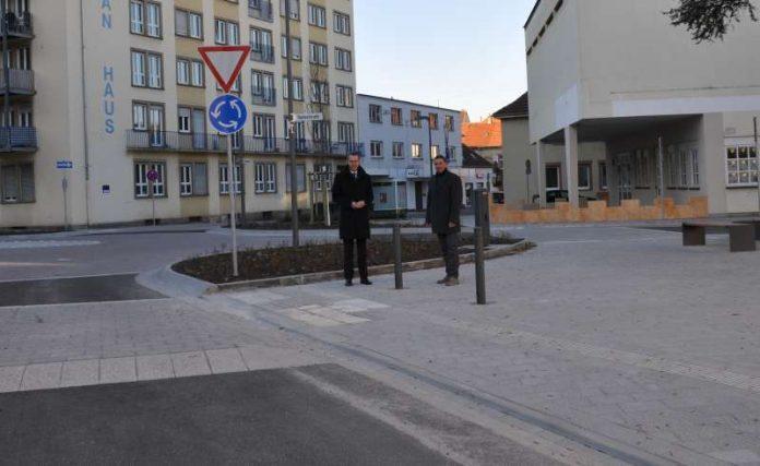Bürgermeister und Ordnungsdezernent Dr. Maximilian Ingenthron (l.) gemeinsam mit Ralf Bernhard, Leiter der Abteilung für Mobilität und Verkehrsinfrastruktur, an den neu aufgestellten Pollern am Elias-Grünebaum-Platz. (Foto: Stadt Landau in der Pfalz)