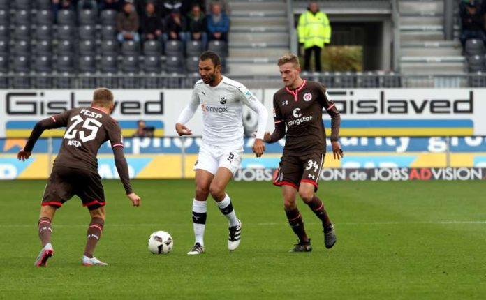 Kehrt nach seinem Wechsel vom Karlsruher SC zum SV Sandhausen im Sommer erstmals an alte Wirkungsstätte zurück: Innenverteidiger Daniel Gordon (Mi.). (Foto: SV Sandhausen)