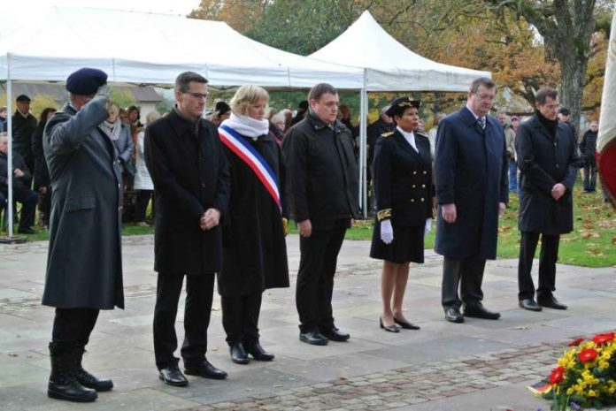 Deutsche und französische offizielle Vertreter gedenken gemeinsam der Gefallenen auf dem Deutschen Soldatenfriedhof im elsässischen Bad Niederbronn. (Foto: Stadt Rheinstetten)