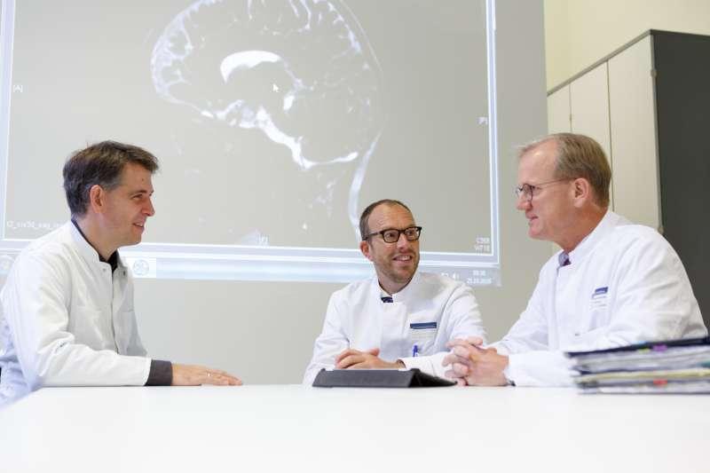 Die Direktoren des Hopp-Kindertumorzentrums am NCT Heidelberg (KiTZ) (v.l.): Prof. Dr. Stefan Pfister, Prof. Dr. Olaf Witt und Prof. Dr. Andreas Kulozik (Foto: Universitätsklinikum Heidelberg)