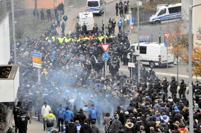 KSC-Anhänger auf dem Weg zum Betzenberg (Foto: Polizei)