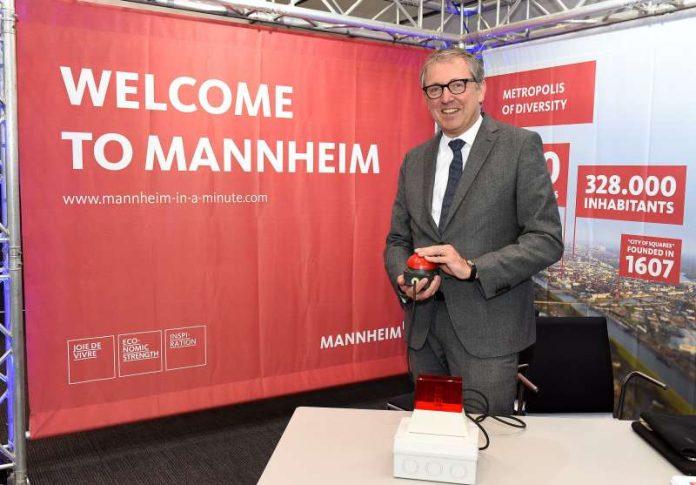 OB Dr. Kurz schaltet das WLAN frei (Quelle: Stadt Mannheim / Thomas Tröster)