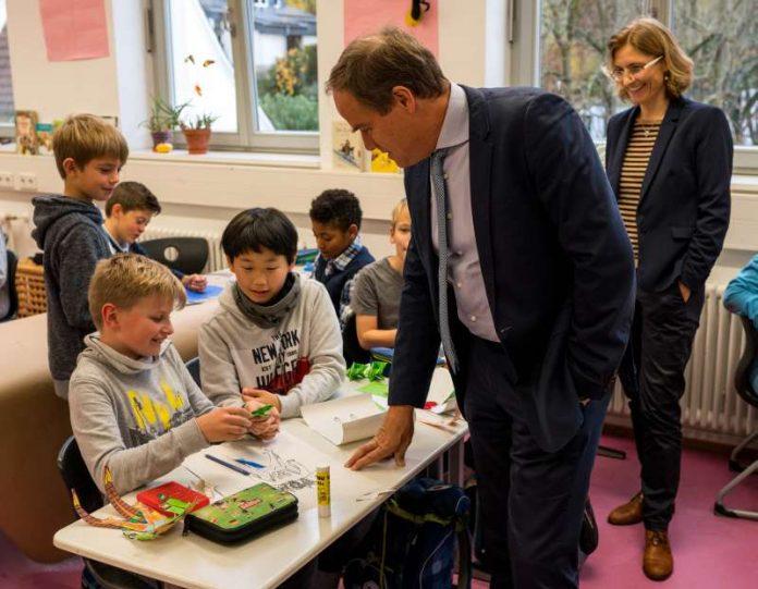 Oberbürgermeister Dr. Eckart Würzner besuchte im Rahmen von #HolDenOberbürgermeister die Eichendorffschule und schaute gemeinsam mit Schulleiterin Jutta Stempfle-Stelzer beim Kunstunterricht vorbei. (Foto: Tobias Dittmer)