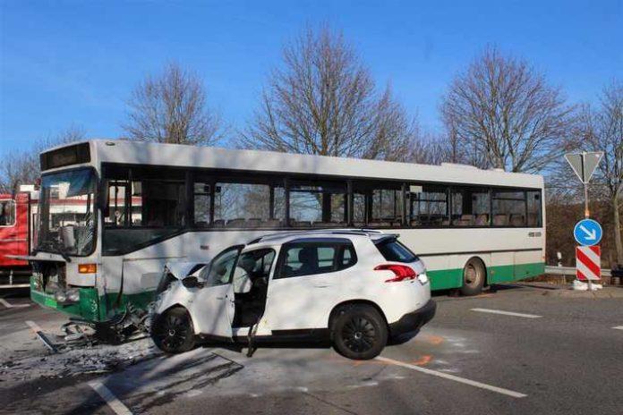 Verkehrsunfall mit Linienbus