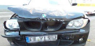 Dieser BMW ist frontal gegen eine Betonwand gekracht