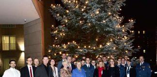Der Weihnachtsbaum wurde an Heike Raab übergeben (Foto: Staatskanzlei RLP / Nino Zuunami)
