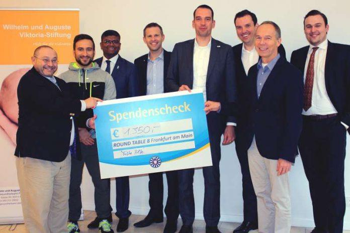 Rene Gottschalk nimmt Scheck vom Round Table 8 für Wilhelm und Auguste Viktoria-Stiftung entgegen (Foto: Gesundheitsamt Frankfurt)