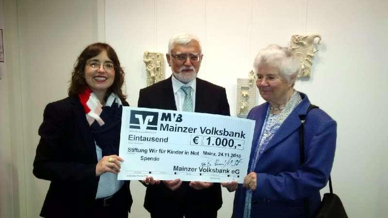 MVB-Generalbevollmächtigte Barbara Bug-Naumann übergab der Stiftung einen Scheck (Foto: Mainzer Volksbank eG)