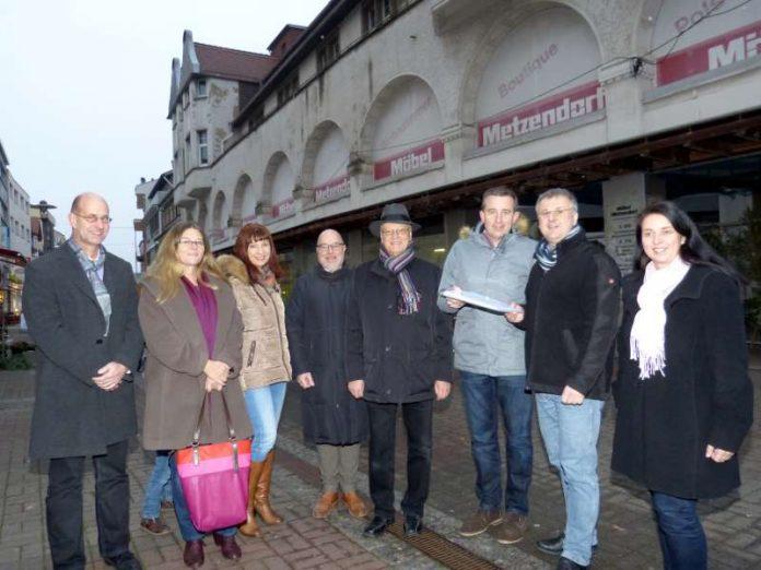 Kreisbeigeordneter Karsten Krug (3. v.r.) übergibt die Baugenehmigung an Bürgermeister Rainer Burelbach (2. v.r.) (Foto: Stadt Heppenheim)