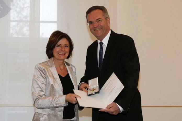 Ministerpräsidentin Malu Dreyer und Dr. Dieter Wagner bei der Überreichung des Verdienstordens (Foto: Staatskanzlei RLP / Stefan F. Sämmer)