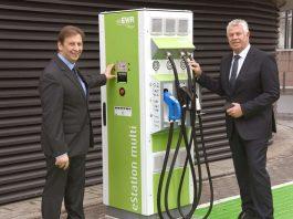 Zusammen mit OB Michael Kissel (rechts) nimmt EWR-Vorstand Günter Reichart die erste Schnellladestation für E-Autos in Betrieb. (Foto: EWR AG)