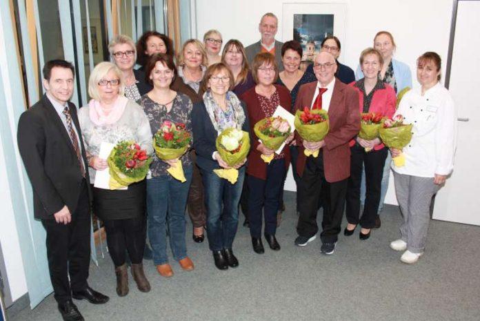 Nahmen Dienstubiläen und Abschiede zum Anlass, sich in geselliger Runde zu versammeln (v.l.n.r.): Ingo Roth (Leiter der Klinik Schwetzingen), Brigitte Lipowsky (Ruhestand), Marika Fechner (Pflegedienstleiterin), Tamara Kempf (Jubilarin), Isolde Neureuther (Jubilarin), Astrid Sickmüller (Ruhestand), Gabriele Kennel (Jubilarin), Christina Welzel (Jubilarin), Simone Jörg (Jubilarin), Andrea Maier (Jubilarin), Gerhard Müller (Ruhestand), Ina Kühnle (Jubilarin), Jürgen Uhrig (Ruhestand), Melanie Reißfelder (Leiterin Personal und Recht), Ellen Rößler (Jubilarin), Iris Rutz (Jubilarin), Huerue Oelmez (Jubilarin). (Foto: GRN)