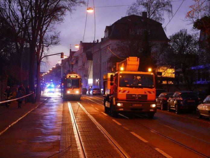 Die Oberleitung wurde durch einen LKW abgerissen (Foto: Feuerwehr Darmstadt)